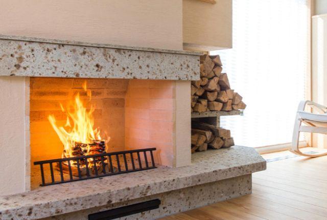 部屋の中にある大きな暖炉